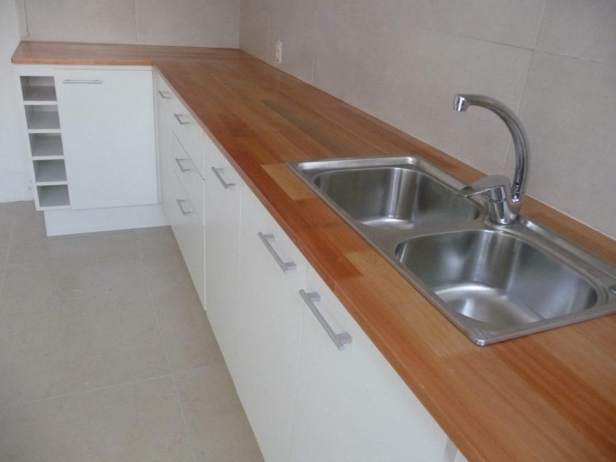 Equipamiento de cocina blanco con mesadas de Finger Joint ...