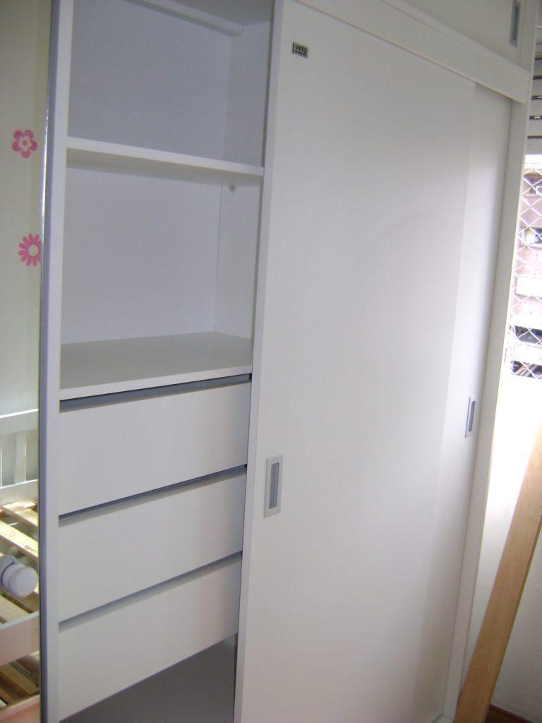 placard blanco con estantes, cajones y perchero
