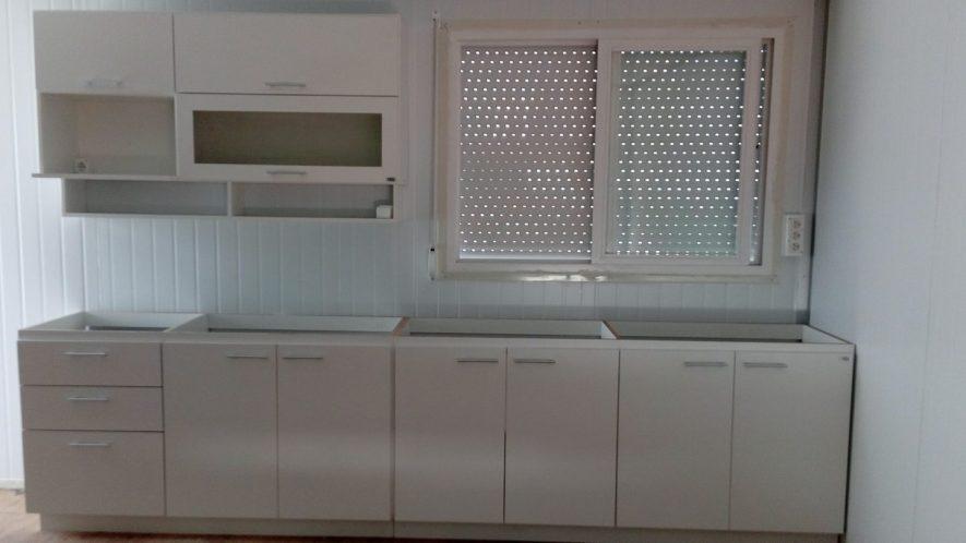 muebles bajomesada y aéreos con puerta proyectante, una con vidrio opacid