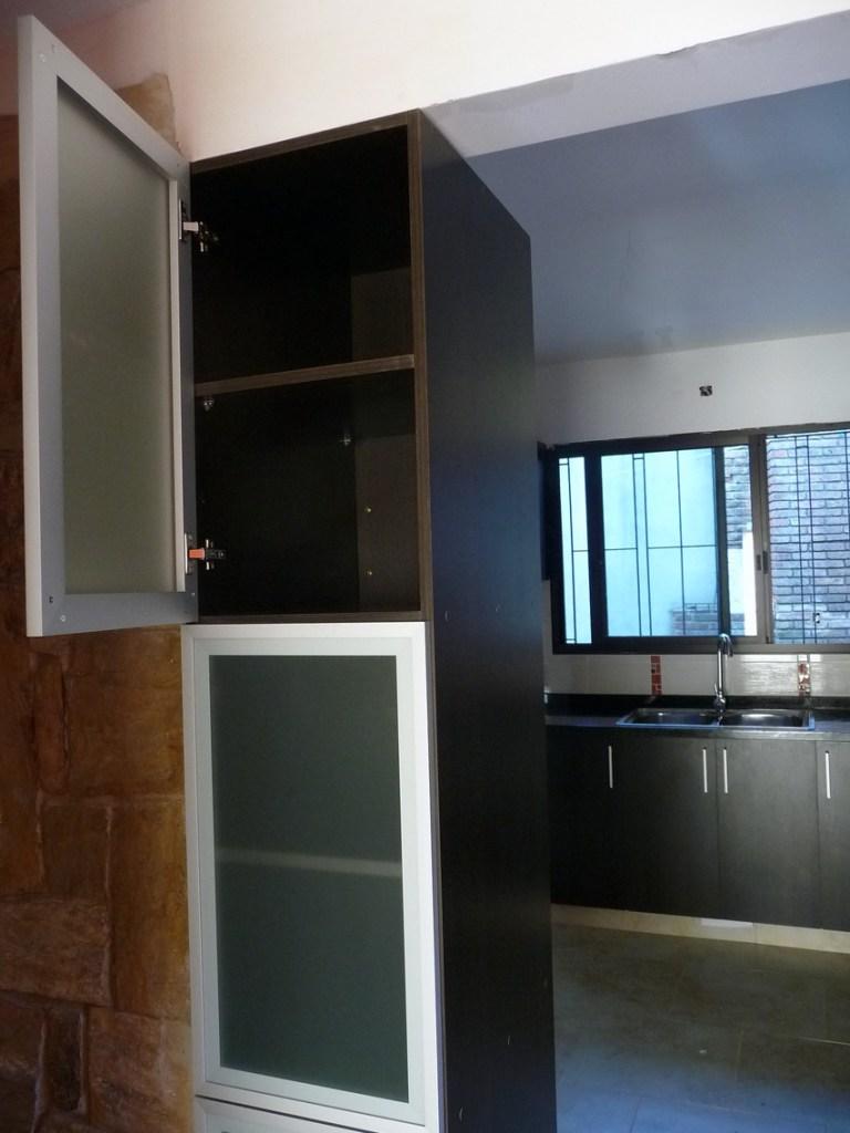 vista del mueble alto con doble puerta visto desde la sala