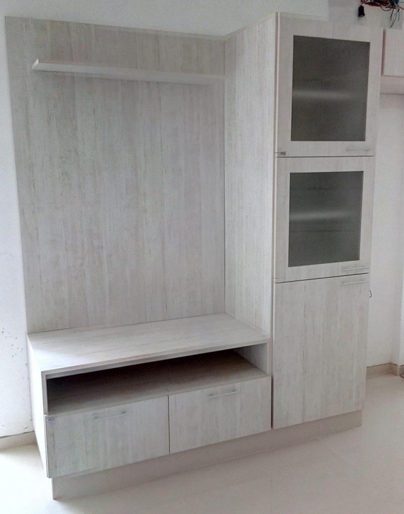 detalle de rack con panel para TV y mueble cristalero