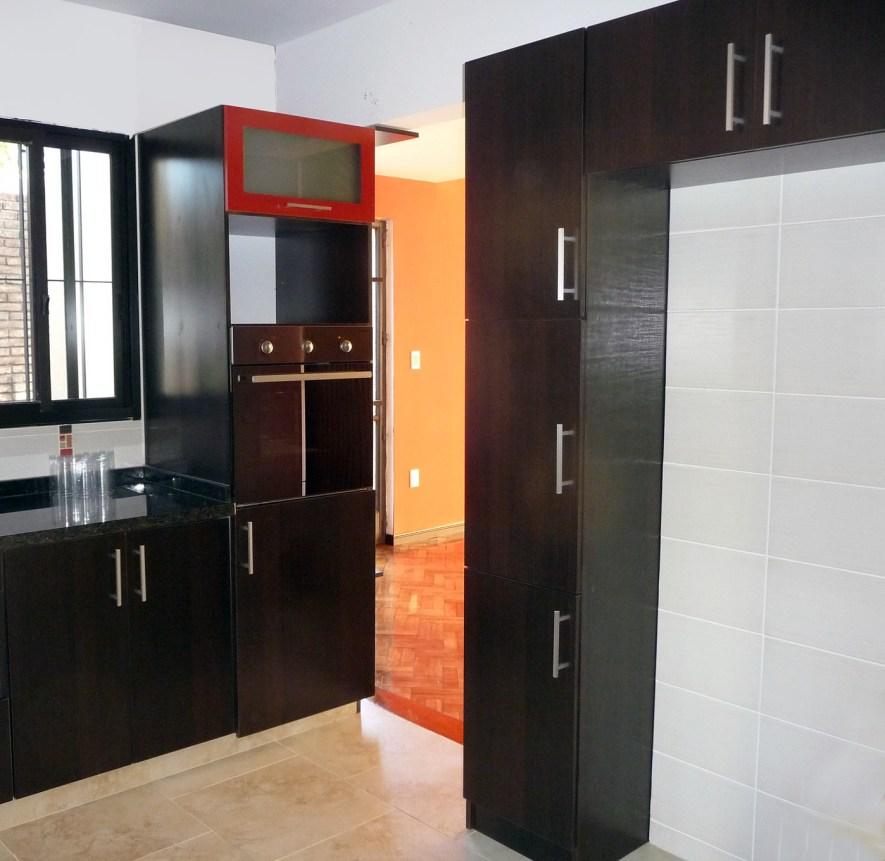 detalle de torre para horno de empotrar, nicho para micro, puerta proyectante y mueble alto alacena y cristalero