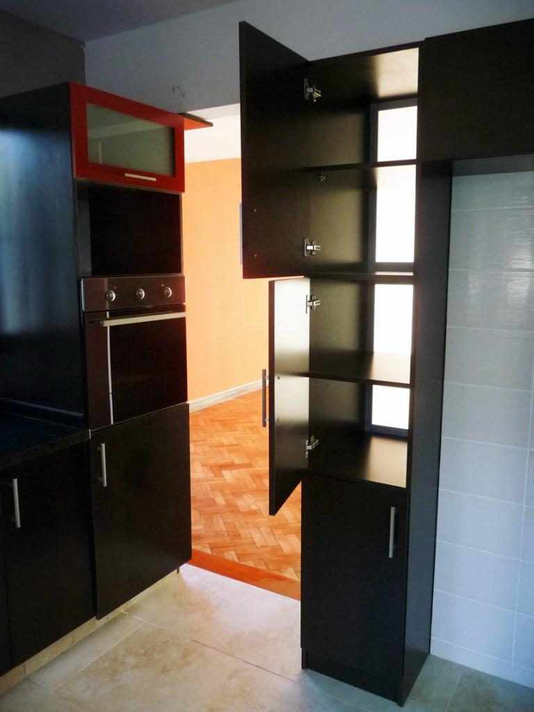 vista del mueble alto con doble puerta visto desde la cocina