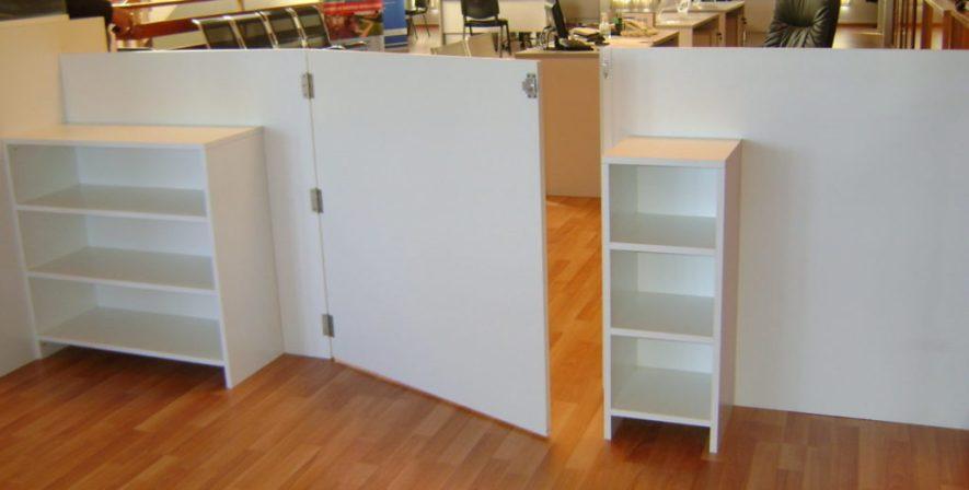 escritorios y divisorias en melamínico cedro y blanco