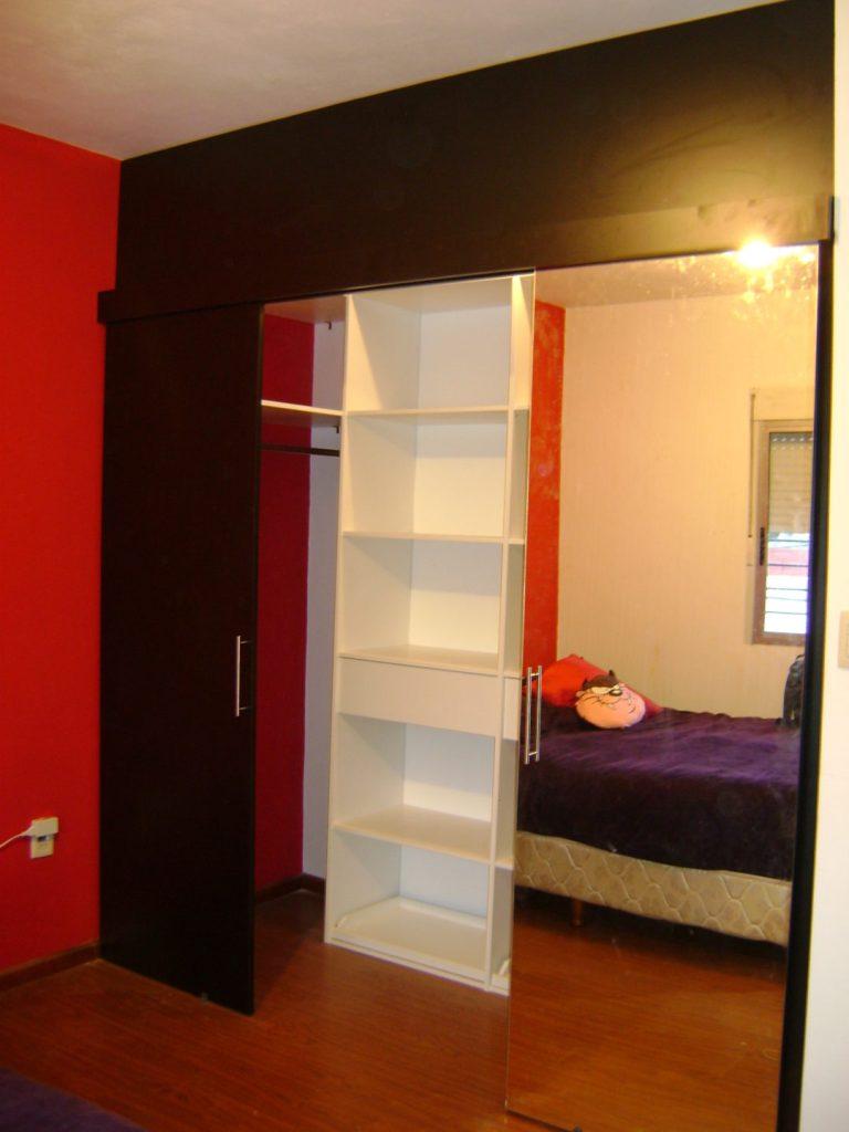 vestidor melamínico blanco y negro con puertas corredizas, una con espejo
