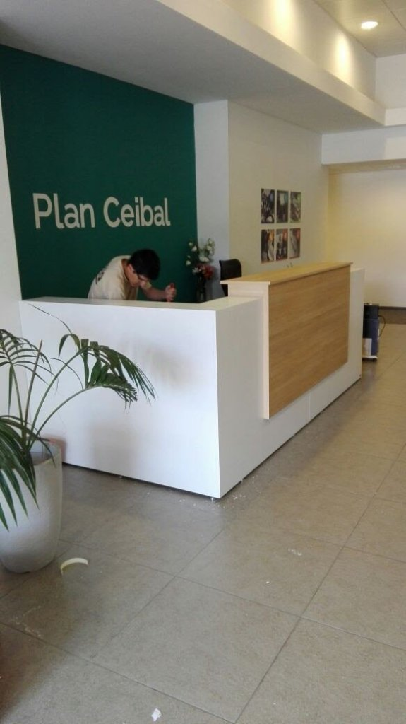 mueble mostrador y escritorio en recepción de plan ceibal latu
