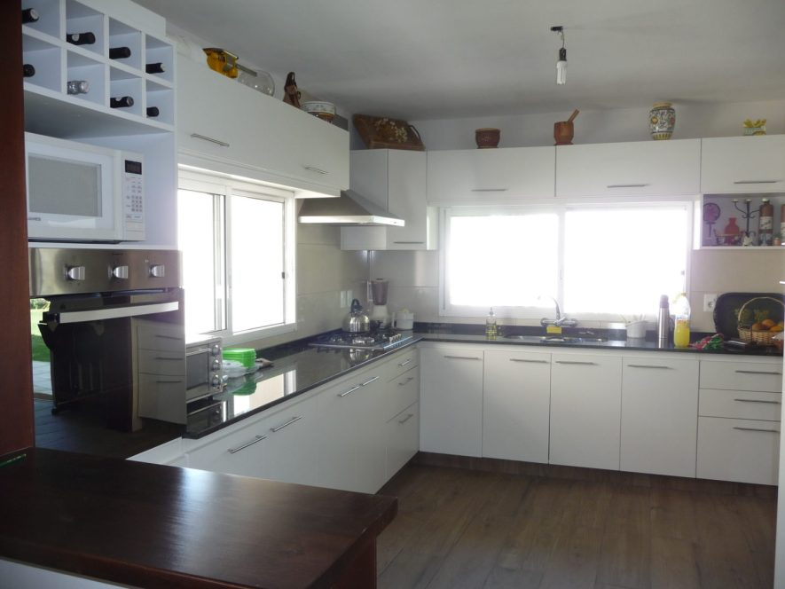 muebles de cocina en L con aéreos sobre ventana