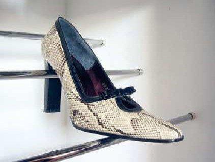 detalle de zapato en soporte
