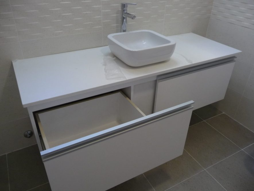 detalle de cajón en mueble de baño