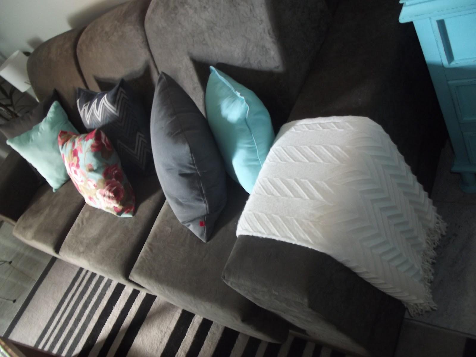 sofa cinza e almofadas coloridas design ideas for living room with red sofá costado espaço casa