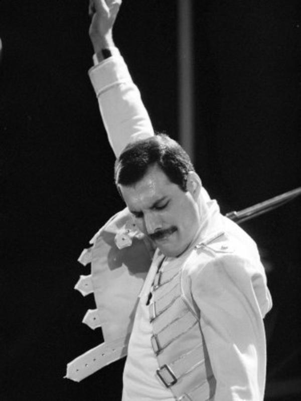 queen-rock-group-freddie-mercury-in-concert-at-st-james-park-in-newcastle-1986