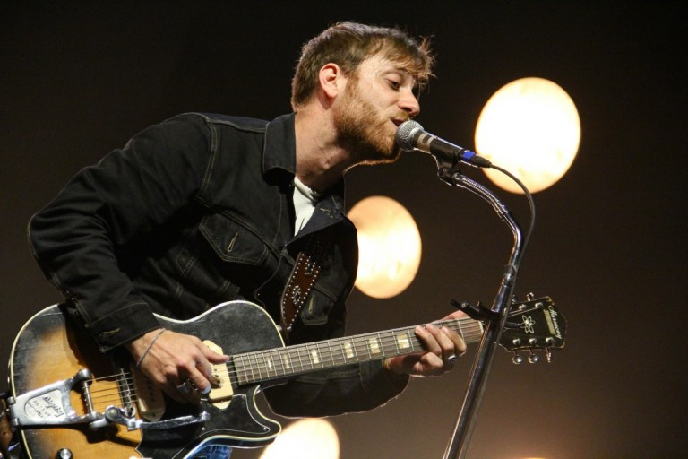 Dan_Auerbach_performing_with_the_Black_Keys