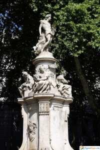 estatua museo thyssen bornemisza