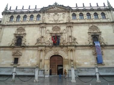 Universidad de Alcalá donde hoy funciona el Rectorado. Las facultades están en edificios descentralizados, instalaciones muy modernas alejadas del casco histórico