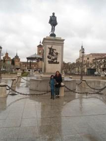Plaza de Cervantes y monumento, bajo la lluvia