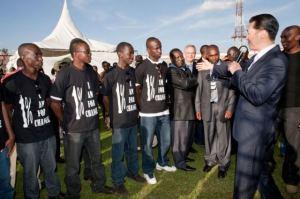 Dr. Moon se dirige a miembros del 1% de Cambio y Paz en La Academia de Fuerzas Moi durante el Global Peace Festival Nairobi, Kenia 2010.
