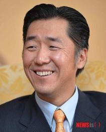 Dr. Hyun Jin Moon durante la entrevista con los medios de comunicación Coreanos NewsIs.
