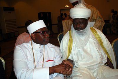 Pastor Ayo Oritsejafor, el Presidente de la Asociación Cristiana de Nigeria (izquierda), saluda al Andoma de Doma.