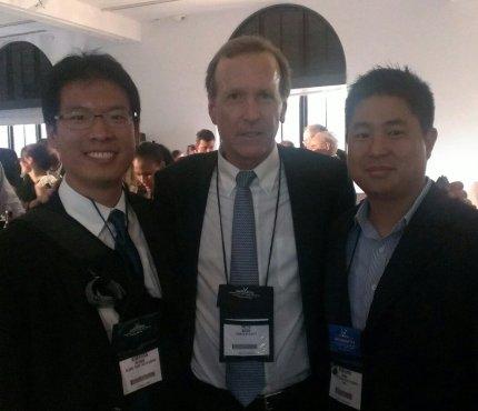 (Izq. a Der.) Kimihira Miyake, Desarrollo del Liderazgo en GPYC, Neil Bush, Presidente de Points of Light y Kenshu Aoki, Presidente de GPYC-USA, en la Conferencia  Nacional de Voluntariado y Servicio.