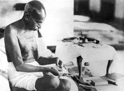 Como una forma de protesta no-violenta en contra de la industria textil Británica, Gandhi hilo su propia ropa y educo a otros Indios a hacer lo mismo.