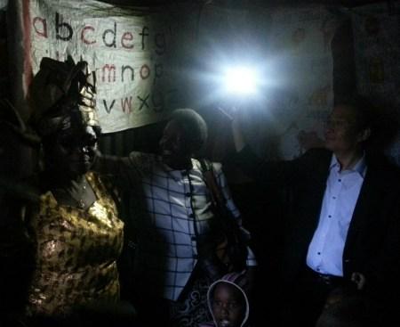 Presidente Kyung Eui Yoo hace entrega de las lámparas de energía solar en Kairobangi, Nairobi, Kenia. Crédito: GPF-Korea