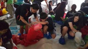Voluntarios de Japón, Corea y Filipinas ayudaron a empacar paquetes en el DSWD en Manila.