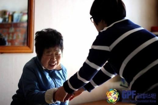 Voluntarios de GPF Corea visitando un ancianato. Una gran parte de la tercera edad en Corea vive en la pobreza.