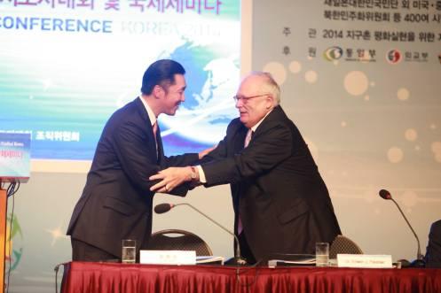 El Dr. Hyun Jin Moon saluda al Dr. Edwin J. Feulner, fundador de la Fundación Heritage y Presidente del Centro de Estudios Asiáticos en la Conferencia de Liderazgo Paz Global en Seúl