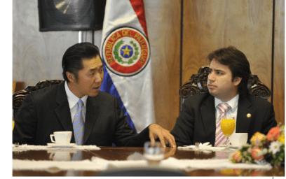 El Dr. Hyun Jin Moon, Presidente de FPG  enfatizó la importancia de los valores comunes para la renovación nacional en las reuniones con los líderes Paraguayos. El Dr. Moon se encontró aquí con el Congresista Ariel Oviedo.