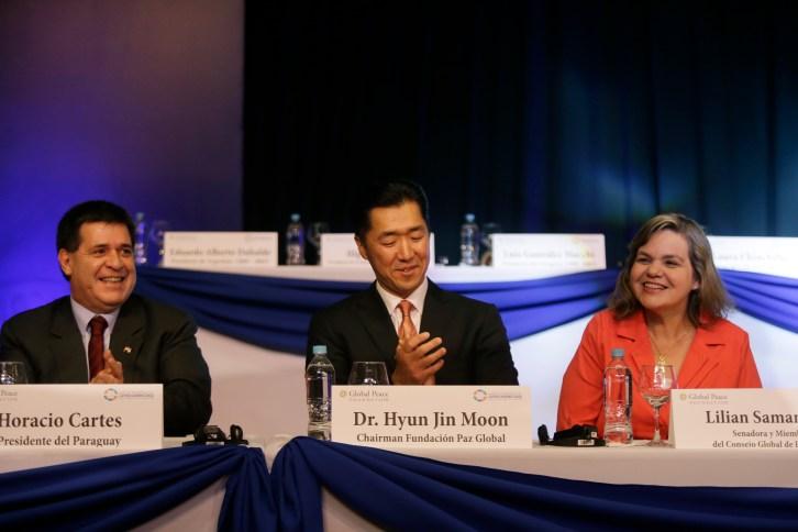 (Desde Izquierda) Actual Presidente de Paraguay, Horacio Cartes, Fundador de la Fundación Paz Global, Dr. Hyun Jin Moon, y Senadora del Partido Colorado, Lilian Samaniego