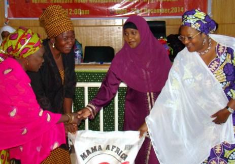 Mujeres líderes de todo el Estado de Kaduna, Musulmanes y Cristianos estuvieron presentes en el encuentro navideño. Los participantes recibieron un regalo navideño, una bolsa de arroz patrocinada por S.E. Hajiya Amina Namadi Sambo, esposa del Vice-Presidente de Nigeria, y S.E. Hajiya Fatima Ramalan Yero, esposa del Gobernador del Estado de Kaduna.