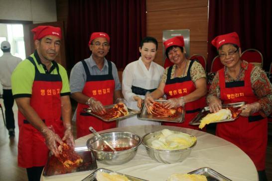 """El Intercambio Global de Liderazgo Pacífico organizado por la Fundación Paz Global en el 2012 adoptó las conexiones internacionales entre los pacificadores globales. En esta foto, los delegados de Malasia experimentaron """"poomashi"""" o """"compartir el trabajo juntos,"""" durante una sesión de realización de kimchi"""