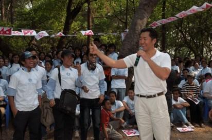 El Dr. Hyun Jin Moon aborda la importancia de la juventud y el servicio con los voluntarios en una limpieza ambiental cerca a Katmandú, Nepal, en el 2010.