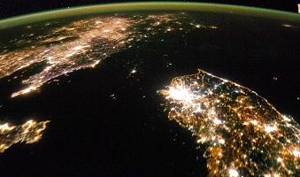 Una imagen de la NASA de la Península Coreana en la noche. Corea del Norte está literalmente envuelto en la oscuridad entre las luces nocturnas de China y Corea del Sur.