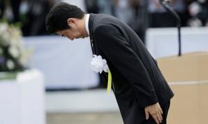 Shinzo Abe hace una venia en frente de la estatua de la Oración de Paz en Nagasaki. Se espera que él incluya la palabra 'apología' en una declaración del aniversario esta semana. Fotografía: Kimimasa Mayama/EPA
