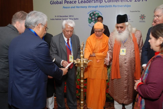 Líderes interconfesionales encendiendo la vela clausura de la Conferencia de Liderazgo Paz Global