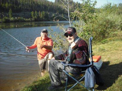Abuelo y veterano de la Segunda Guerra Mundial con su hijo en Montana, EEUU