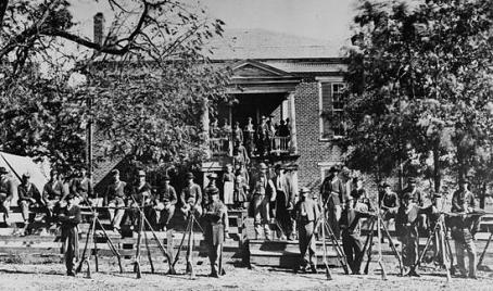 Soldados de la Unión afuera de la corte en 1865, Fotógrafo: Timothy O'Sullivan.