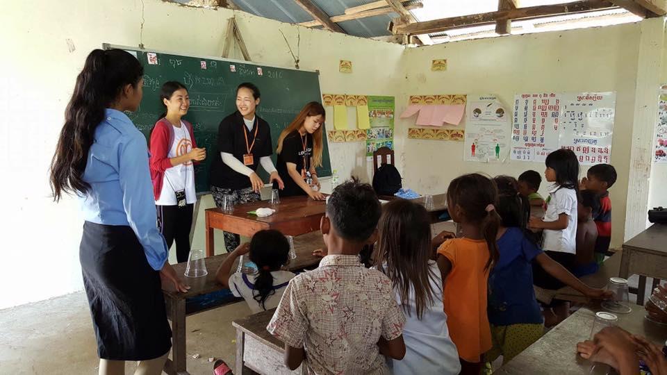 Voluntarios visitan la escuela en la aldea
