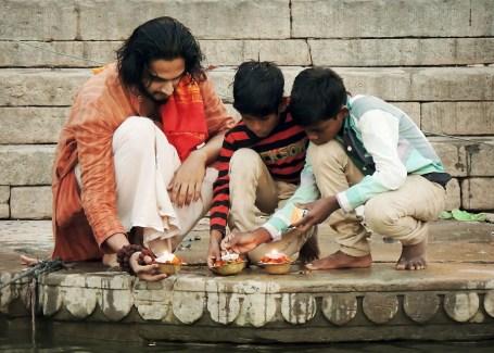 Las expresiones ricas de espiritualidad de India comparten una afirmación subyacente incorporada en la frase Vasudhaiva Kutumbakam: El mundo es una familia.