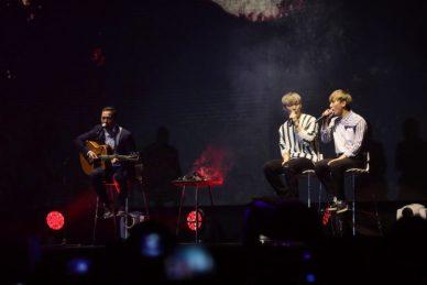 Los miembros de la banda de K-Pop BTOB, Seo Eunkwang y Im Hyunsik con el actor filipino Cesar Montano presentando 'Anak' en el Concierto para la Paz 'Una Corea' en Manila.