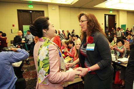 La Dra. Jun Sook Moon saludando a líderes participantes del panel de GPW