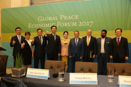Dr. Hyun Jin Preston Moon en la foto grupal del Foro Económico de la Convención Paz Global 2017