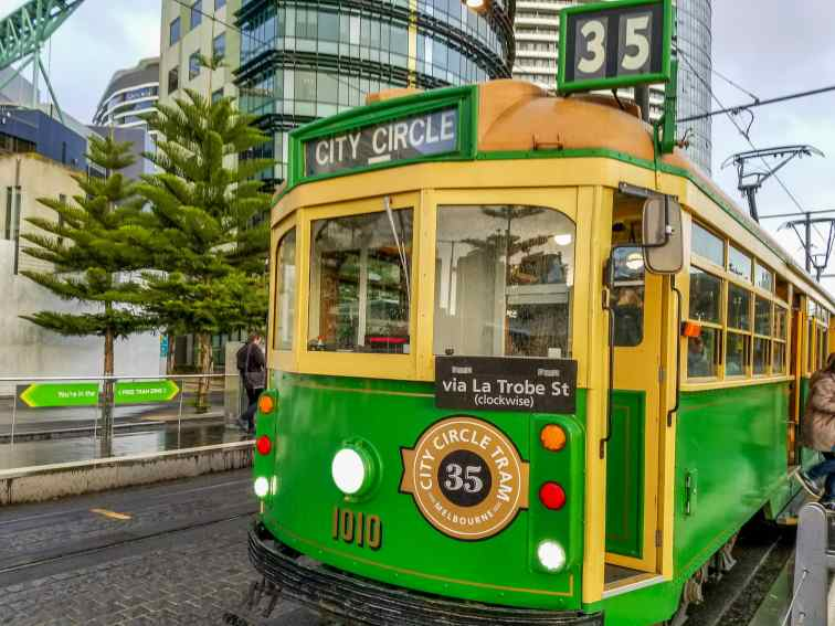 Tram en Melbourne tram numero 35