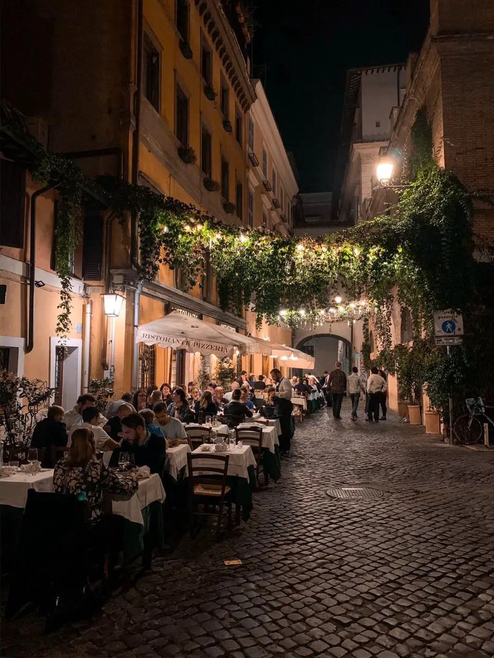 Restaurante con lamparas en Trastevere