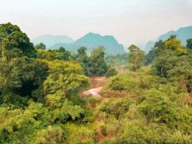 Recorrer el Parque Nacional Phong Nha – Ke Bang en moto por su ruta circular.