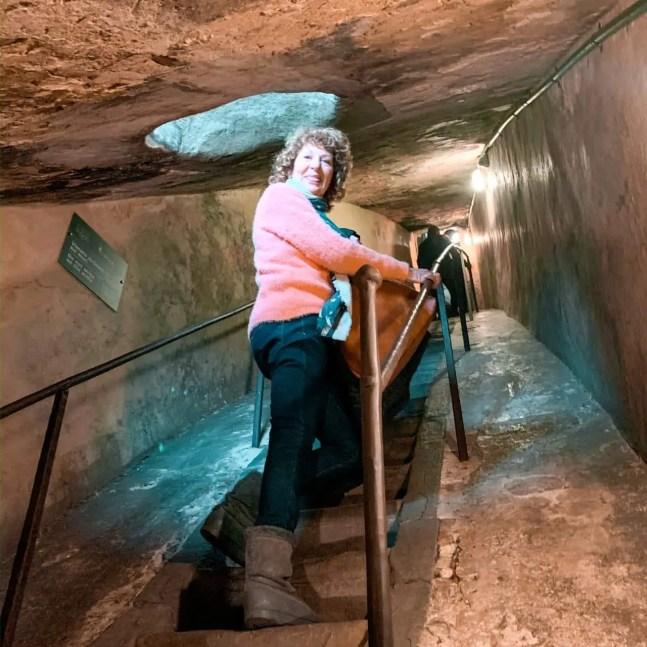 Mujer escaleras empinadas