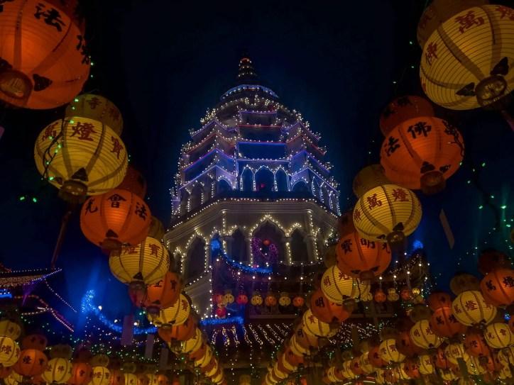 El Templo se ilumina brillantemente durante las 30 noches posteriores al Año Nuevo Chino.