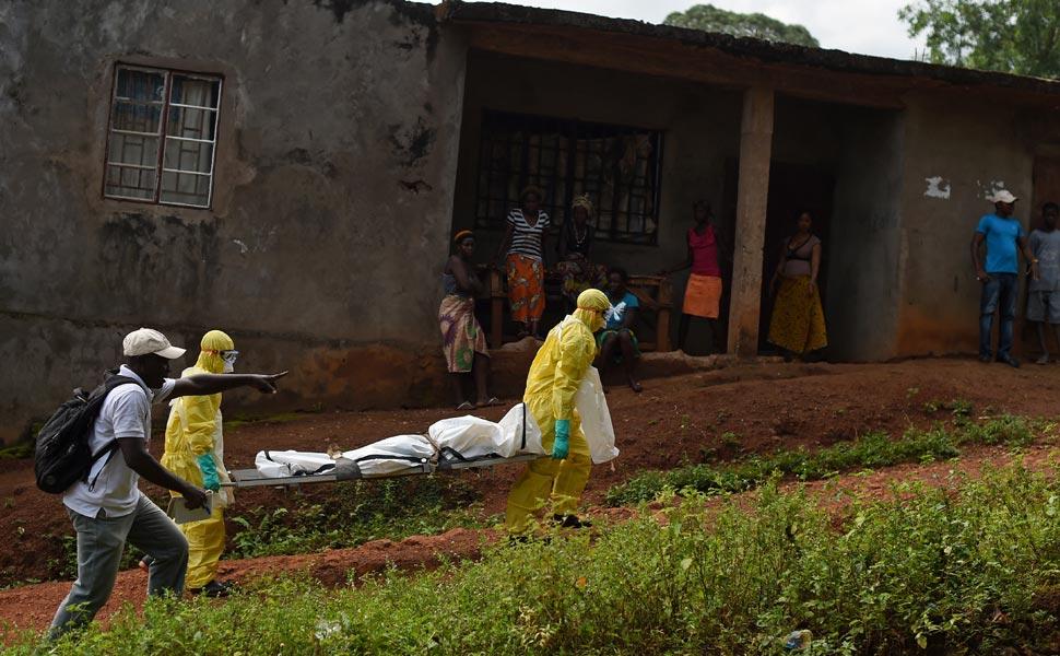 En algunas zonas esconden a los muertos o enfermos en sus casas, lo que aumenta los contagios (AFP)
