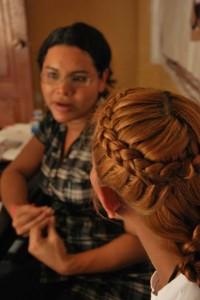 Diane Rodríguez durante una consejería a un trans en la Fundación Silueta X.
